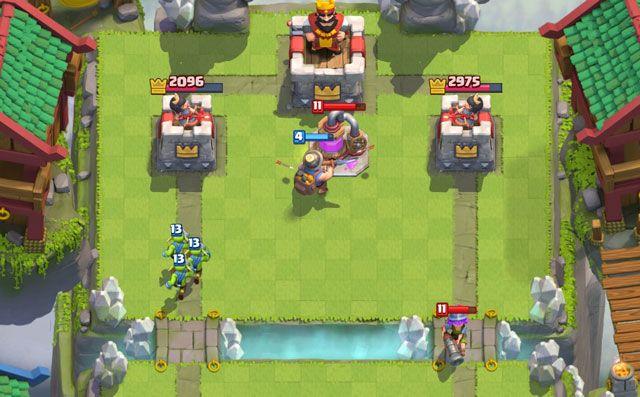 jugando al juego clash royale en laptop